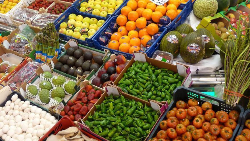 Imagen de archivo de un expositor con productos vegetales frescos.