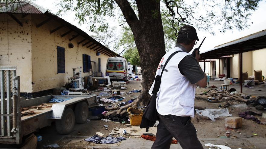 La estratégica ciudad  de Sudán del Sur, Malakal, fue atacada el 18 de febrero. Los enfrentamientos entre las fuerzas del gobierno y de la oposición obligaron a miles de personas a huir y a buscar refugio en la base de Naciones Unidas en la ciudad. El hospital escuela de Malakal fue atacado por hombres armados. Cuando los equipos de MSF regresaron al hospital encontraron once cuerpos. Algunos pacientes habían sido asesinados en sus camas/ Fotografía: Anna Surinyach/MSF