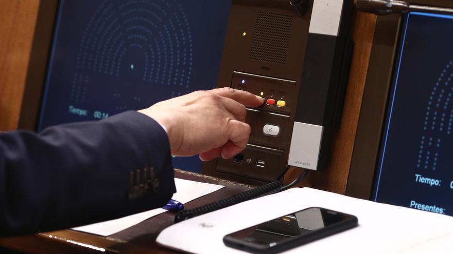 Un diputado votando en el hemiciclo del Congreso