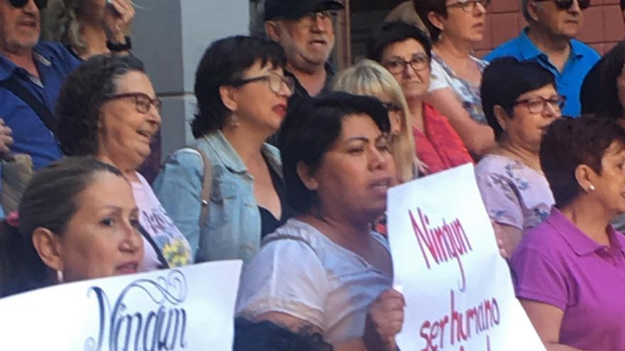 Manifestación en apoyo de la mujer hondureña que acudió a denunciar una agresión a la Policía y le abrieron un expediente de expulsión.