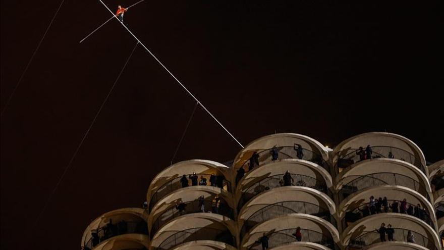Un equilibrista bate récords mundiales al caminar entre rascacielos de Chicago