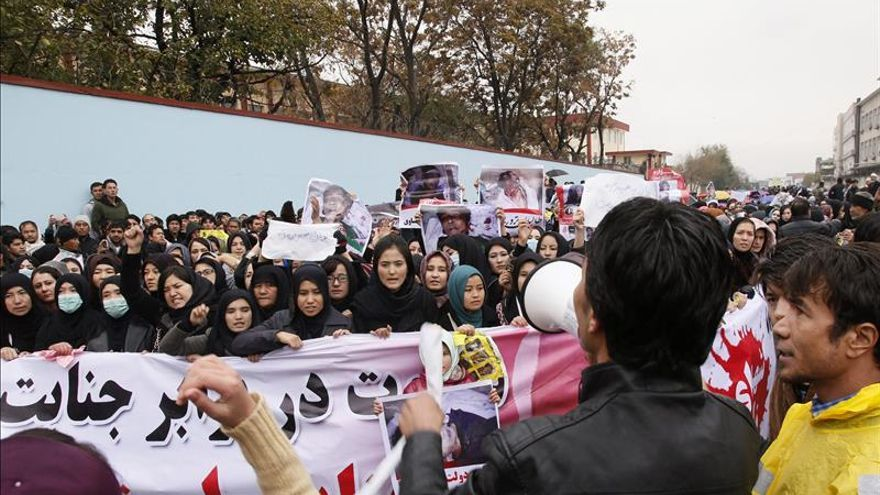 Miles de personas marchan en Kabul contra la decapitación de siete chiíes