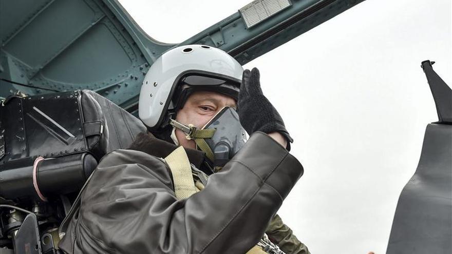 Poroshenko promulga una ley que permite a extranjeros servir en el Ejército