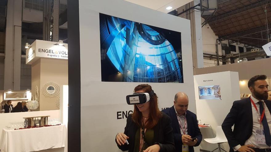 Una asistente a la fira prueba unas gafas de realidad virtual.