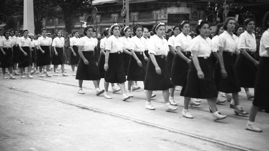 Desfile de la 'Sección Femenina', ente organizador del Servicio Social Femenino del franquismo