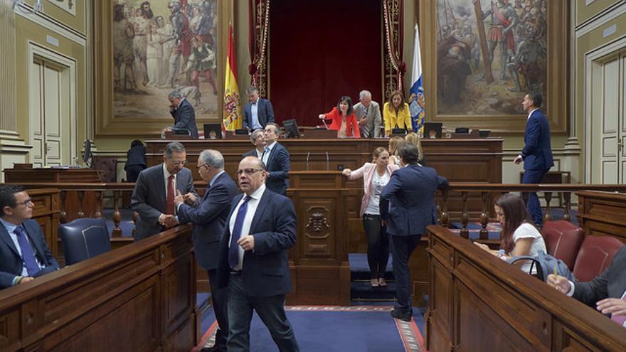 Miembros de los distintos partidos presentes en el Parlamento de Canarias tras una sesión