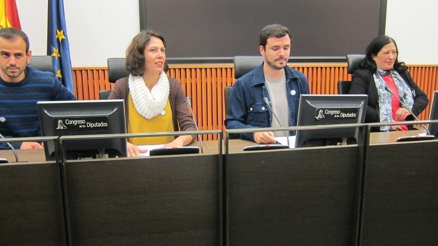 Alberto Garzón y la diputada de IU Eva García Sempere (izquierda).