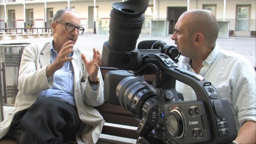 Vicenç Navarro, uno de los entrevistados en el documental, junto a Arturo Cisneros.