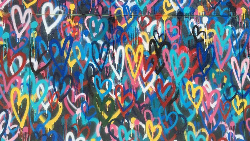 Un muro cubierto con graffitis de corazones