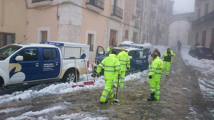 Brigadistes de Divalterra ja estan llevant la neu al Racó d'Ademús i als Serrans