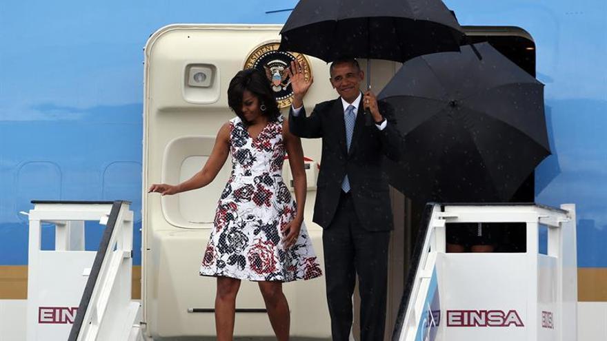 El presidente de Estados Unidos, Barack Obama, junto a su esposa Michelle Obama, a su llegada al aeropuerto José Martí de La Habana (Cuba). EFE