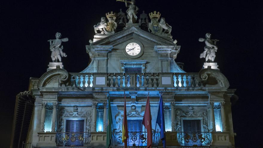 Archivo - La fachada del Ayuntamiento de Pamplona se ilumina de color azul con motivo del Día Nacional de las Lenguas de Signos