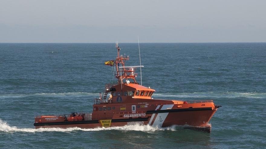 Se elevan a 64 los inmigrantes rescatados en aguas del Estrecho con la llegada de 45 personas en dos pateras más