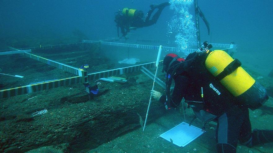 El equipo del Centro de Arqueología Subacuática de Catalunya (CASC) en una de sus excavaciones