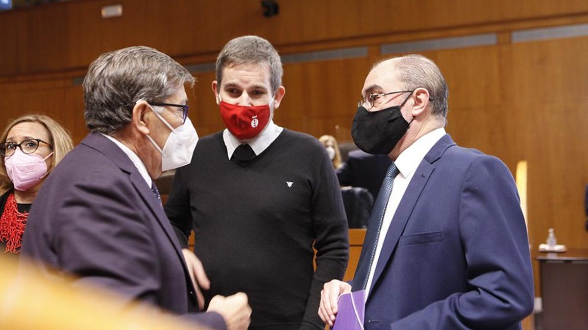 Aliaga y Lambán conversan en un pleno  en presencia del alcalde de Alcañiz