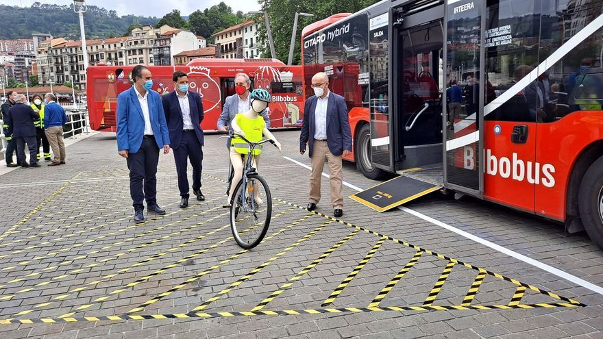 Afonso Gil asiste a una demostracion de Bilbobus y Fundación Mapfre para conciencias de los riesgos de los ángulos muertos alrededor de camiones y autobuses