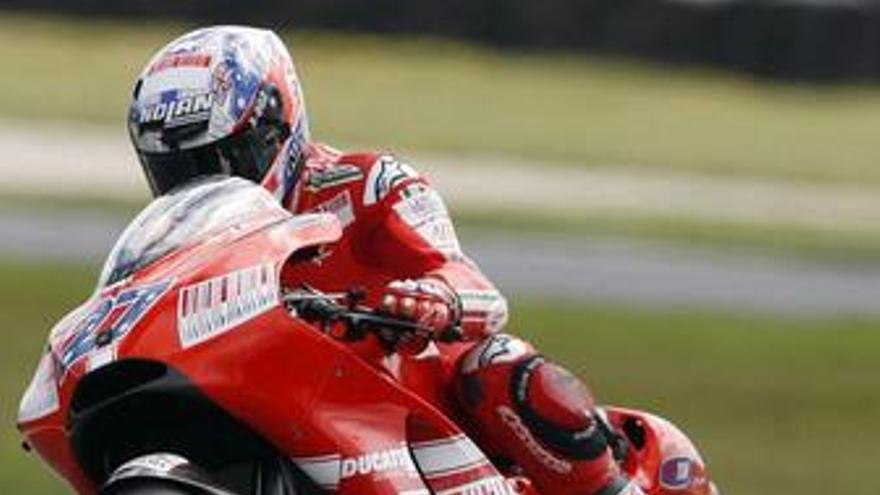 Stoner le roba el protagonismo a Rossi y Lorenzo