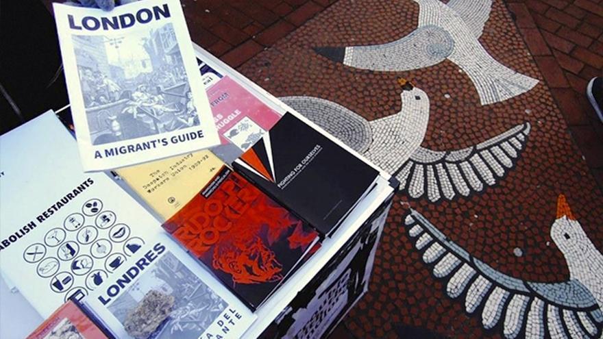 Varios inmigrantes dan información a otros inmigrantes en las calles de una ciudad inglesa.