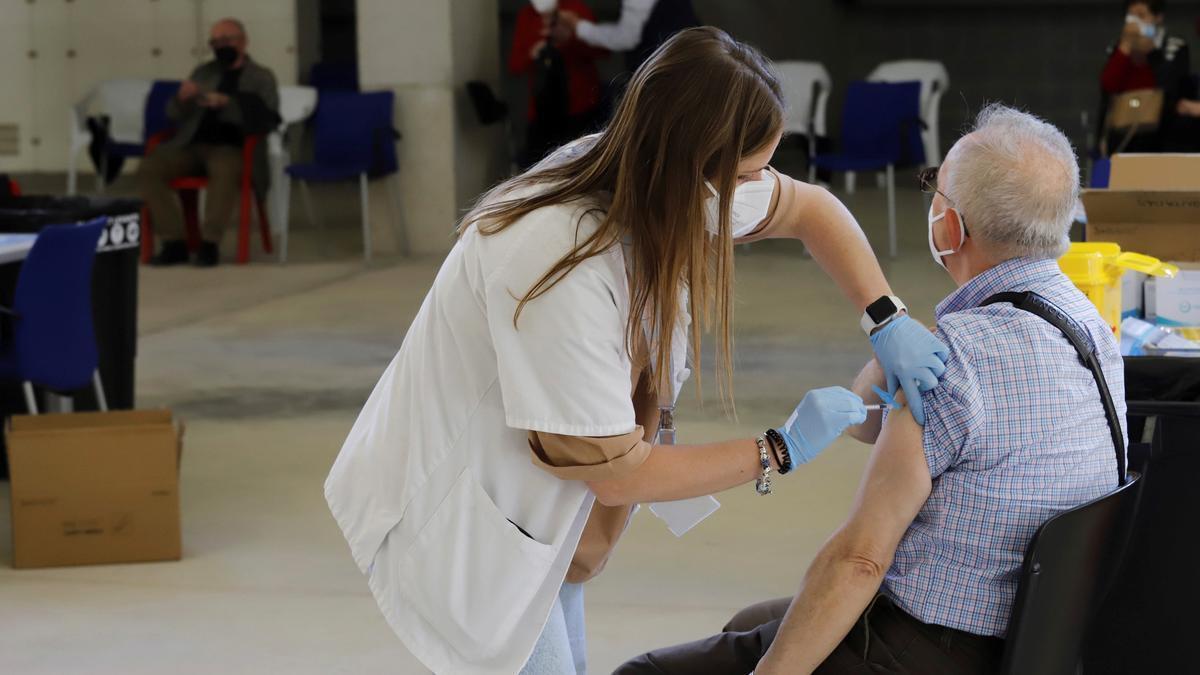 Administración de vacunas contra la covid-19 en Murcia. EFE/Juan Carlos Caval/Archivo