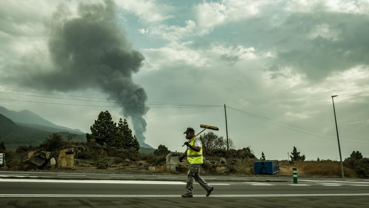 Limpieza de carreteras en La Palma. / FOTO: ANKOR RAMOS