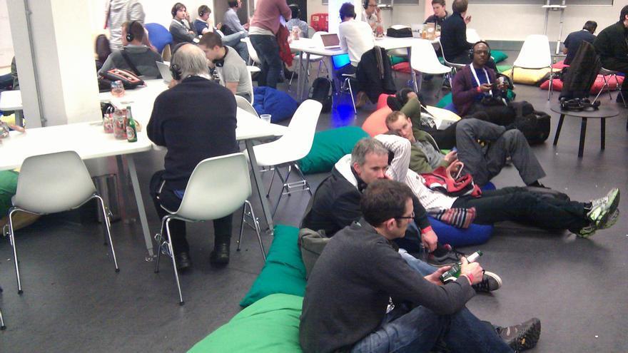 Numerosos desarrolladores se juntan para ver en compañía la gran conferencia