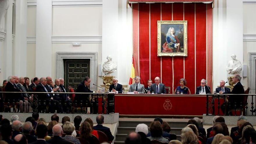 Don Juan Carlos elogia la calidad del Teatro Real y su apertura a la sociedad