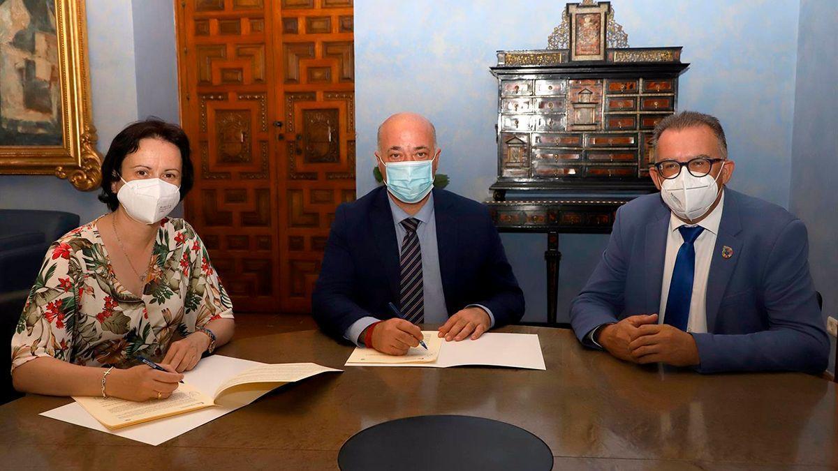 Firma del acuerdo entre la Diputación y el Ayuntamiento de Villanueva del Duque.