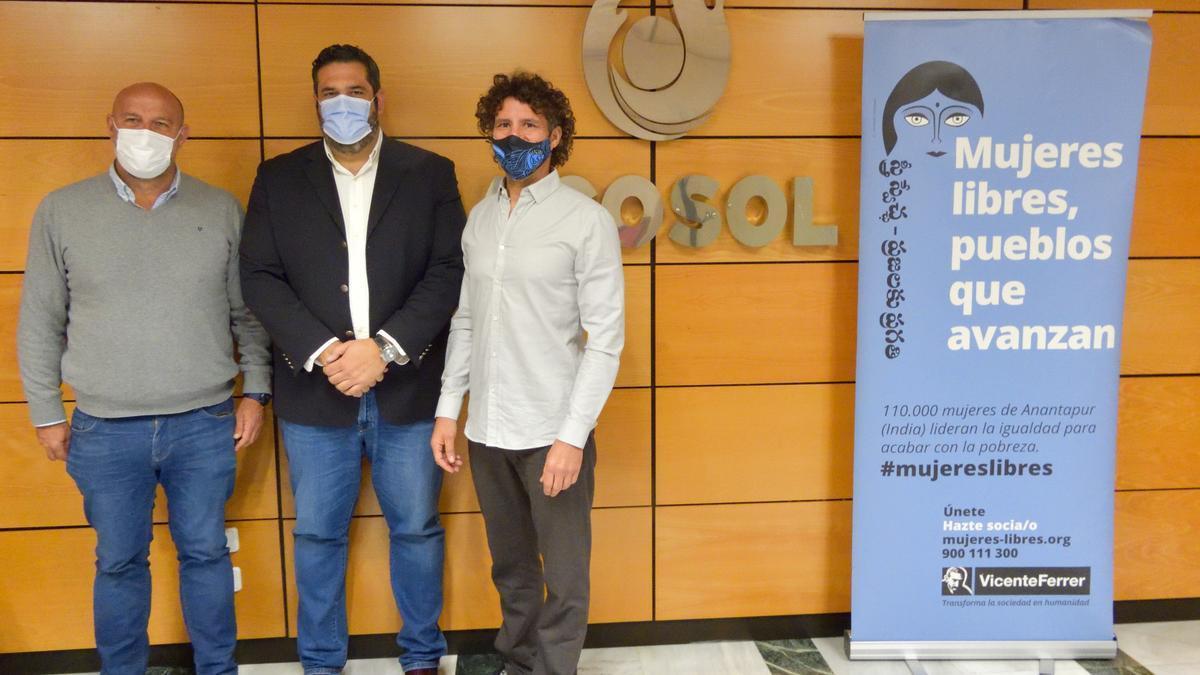 Foto del acuerdo de Acosol y la Fundación Vicente Ferrer