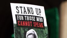 """Cartel con el lema: """"Stand up for those who cannot speak"""" (Álzate por los que no pueden hablar) / Stephen Bingham CC BY SA"""