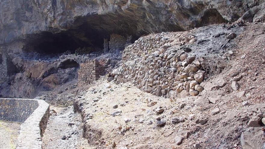 Cueva del yacimiento arqueológico de El Tendal.