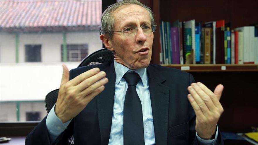 Las Fuerzas Armadas colombianas condecoran al exguerrillero y senador Navarro Wolff