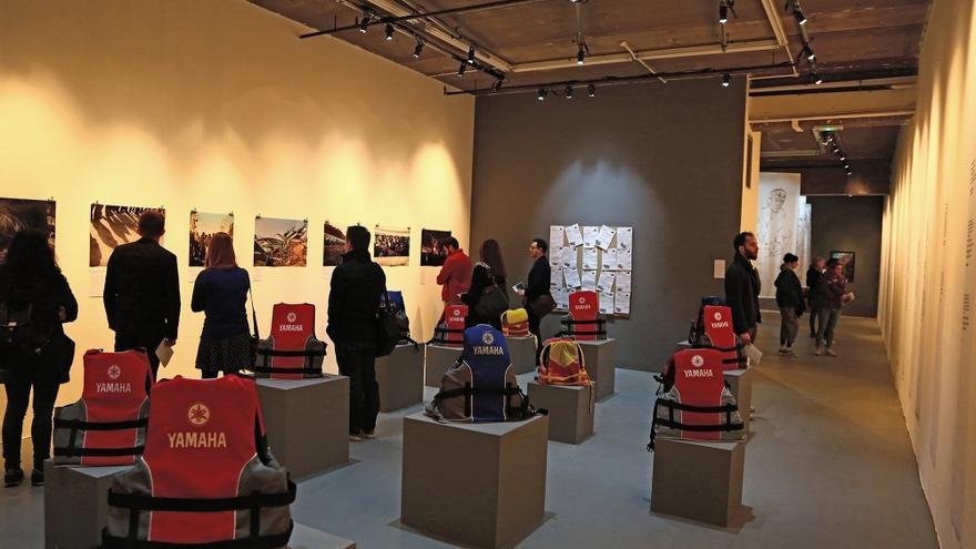 Una de las galerías del Museo de las Migraciones, en la que se exponen varios chalecos salvavidas empleados por refugiados y migrantes durante su viaje