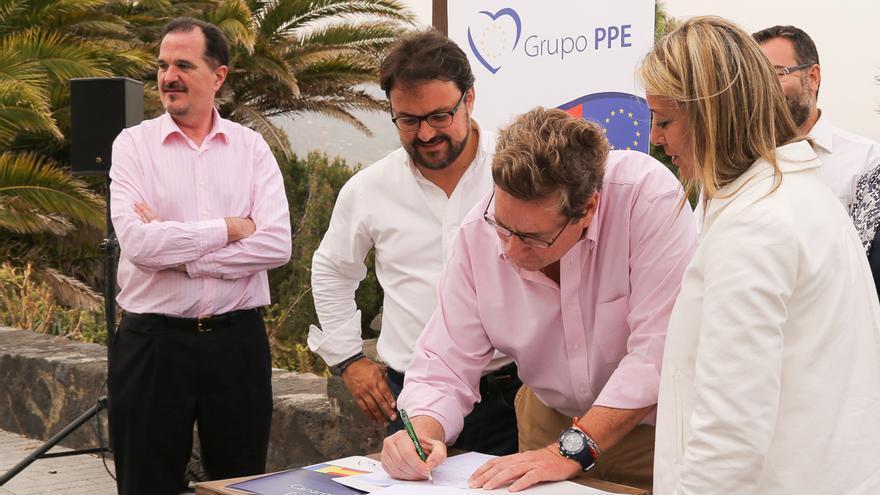 Gabriel Mato firma la 'Declaración por La Palma'.