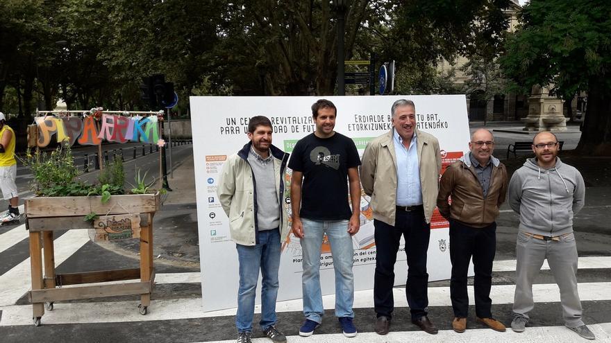 Entran en vigor los cambios de tráfico en Pamplona, con la Policía Municipal colaborando en el centro de la ciudad