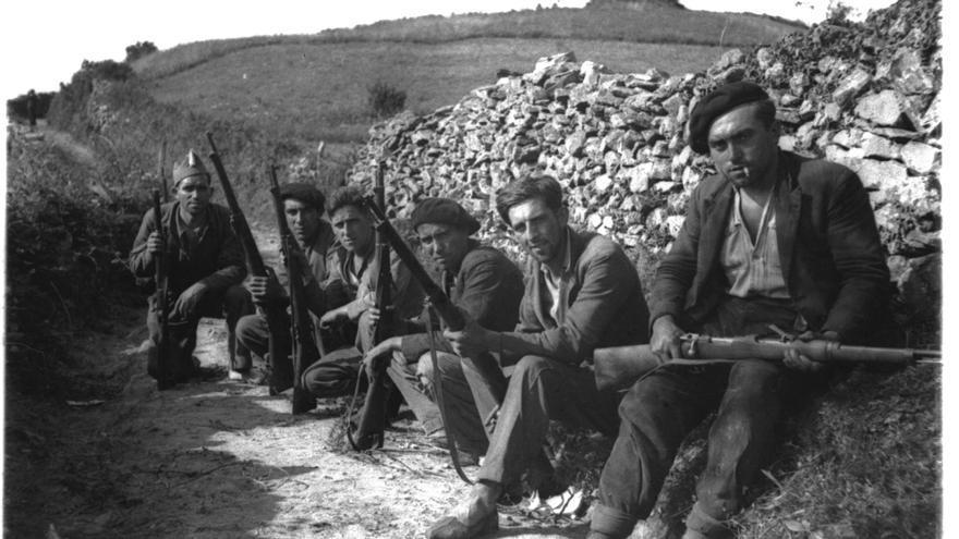 Soldados republicanos en la trinchera