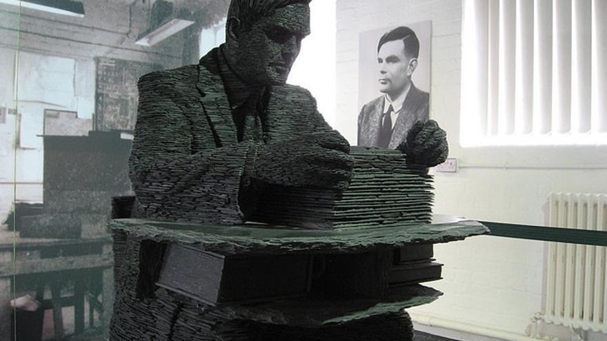 Alan Turing explicó el juego de la imitación en el artículo 'Computing machinery and intelligence' (Foto: Elliott Brown   Flickr)
