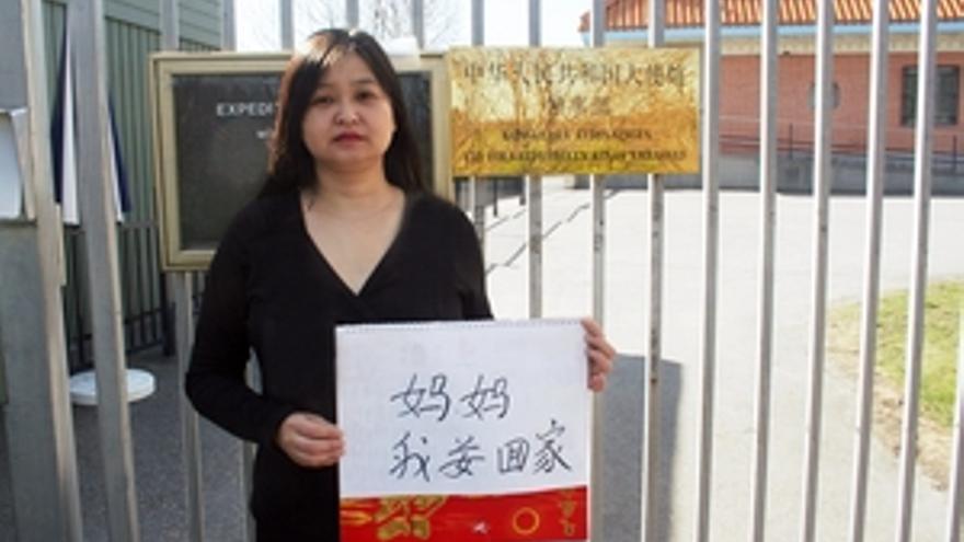 La escritora china Li Jianhong pide ante la Embajada de China en Suecia que le permitan entrar en su país. © Particular