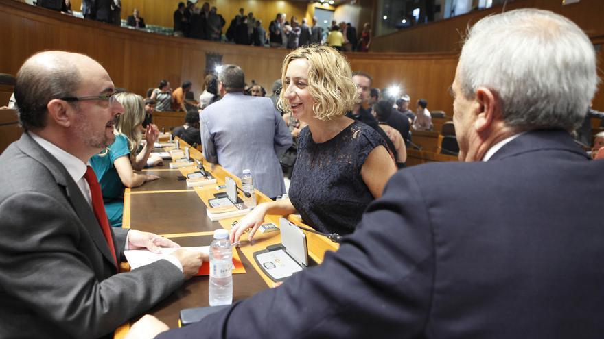 Patricia Luquin (IU) conversa con el presidente Javier Lambán, y el portavoz del PSOE, Javier Sada.