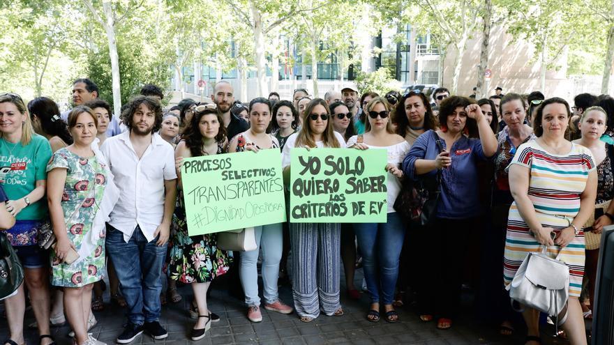 Opositores a profesor suspendidos reivindican transparencia frente a la Asamblea de Madrid. / Marta Jara