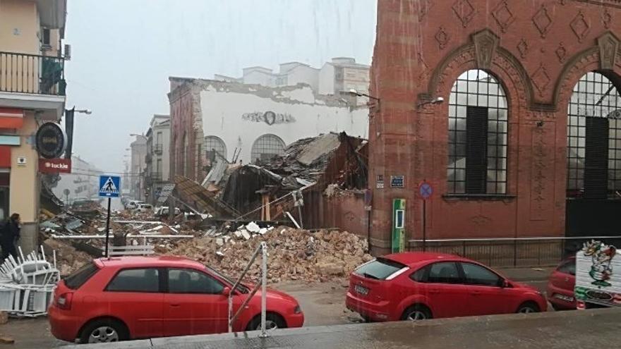 El derrumbe en el mercado de Linares afecta a 17 puestos y se apunta al mal tiempo como posible causa