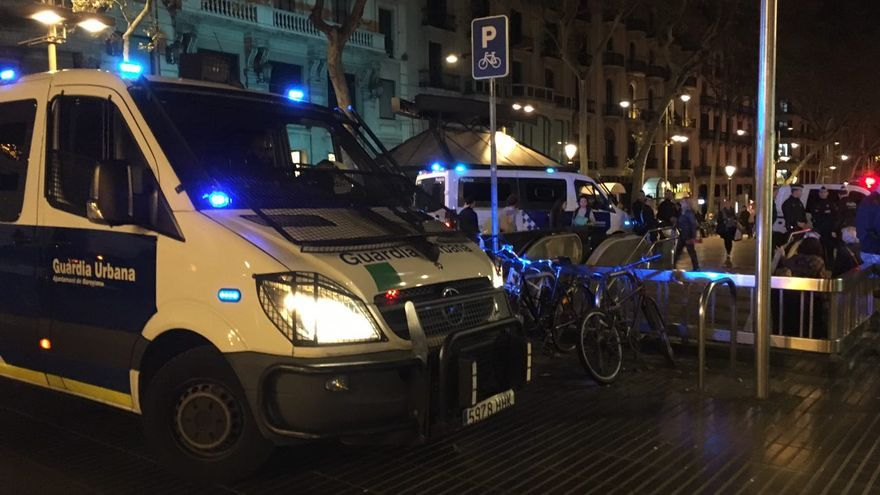Patrullas de la Guàrdia Urbana en la entrada de metro Plaça Catalunya, en Les Rambles
