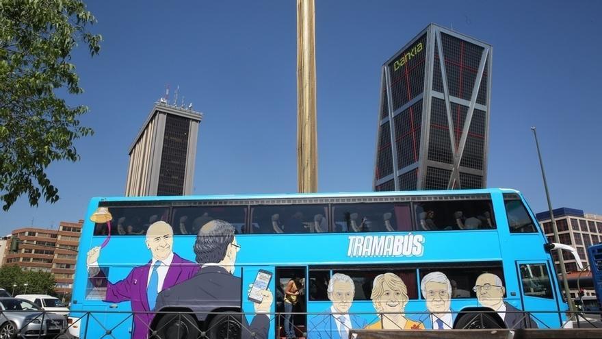 """Cifuentes admite que le """"duele"""" ver en el 'Tramabús' de Podemos las caras de Rajoy, Felipe González o Esperanza Aguirre"""