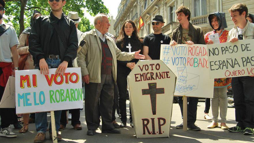 Un grupo de jóvenes celebra una 'misa fúnebre' por el voto robado.   Marea Granate