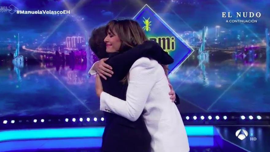 Pablo Motos abraza a Nuria Roca en su regreso a 'El Hormiguero'
