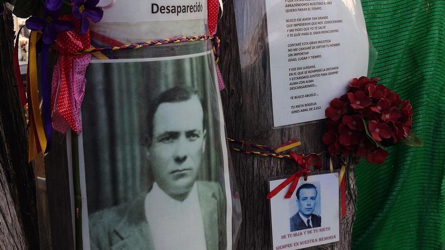 Imágenes de víctimas del franquismo junto a la fosa del Monumento, en Sevilla. | JUAN MIGUEL BAQUERO