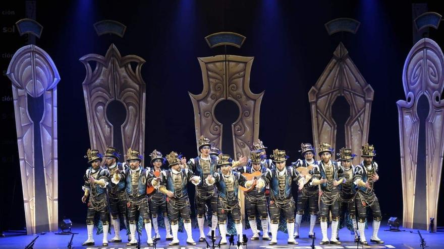 La comparsa El cerrojero, en su actuación en el Teatro Falla.
