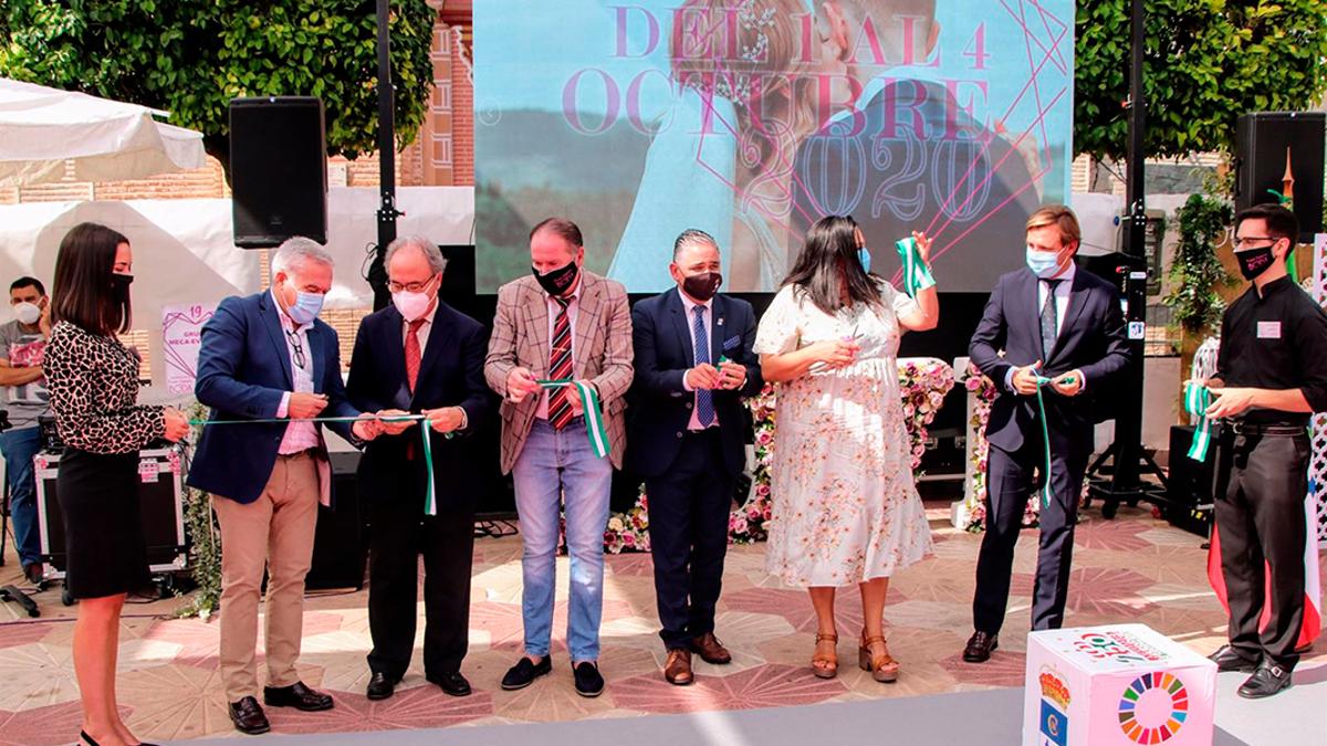 Las autoridades cortan la cinta inaugural de Fuente Palmera de Boda.