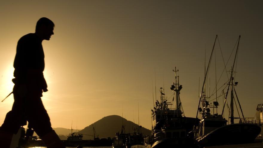 Un vecino pasea por el muelle del puerto pesquero de Santoña.   JOAQUÍN GÓMEZ SASTRE