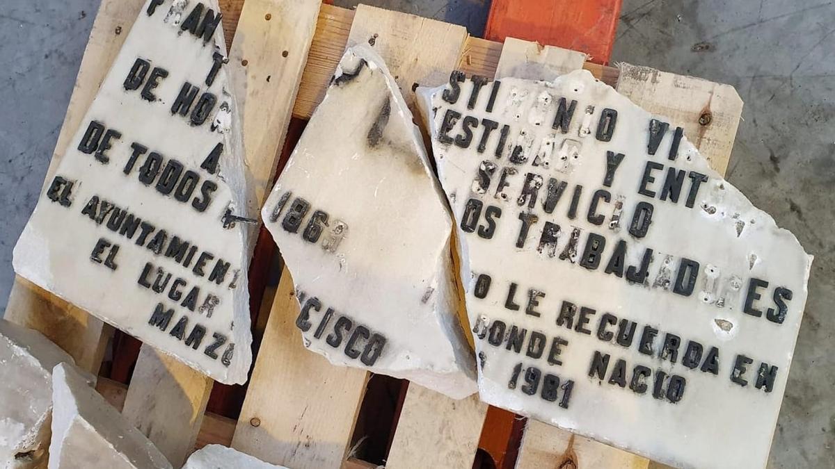 Placa dañada que fue retirada de la vivienda donde vivió Largo Caballero.