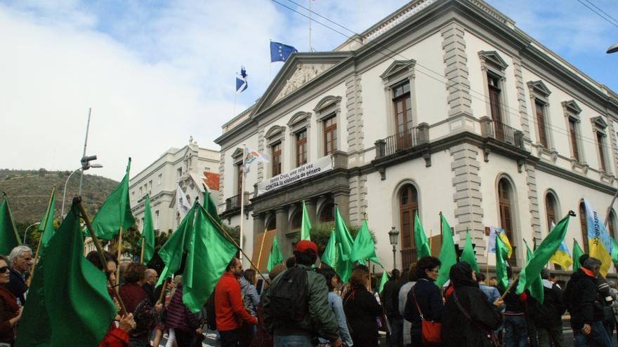 La protesta pasa frente al Ayuntamiento de la capital tinerfeña